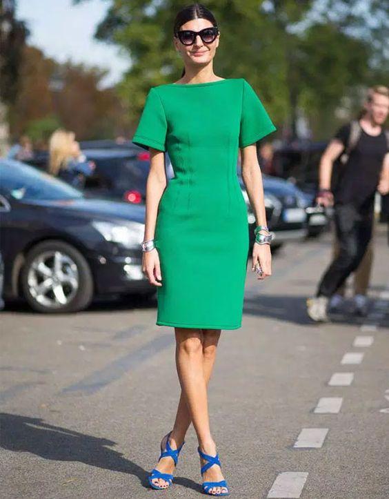 Look de Giovanna Battaglia com vestido verde e sandália azul.