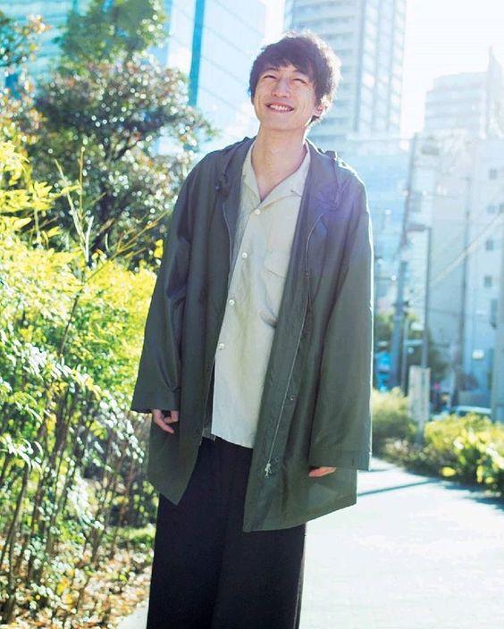 カーキ×ライトブルーコーデの坂口健太郎のファッション