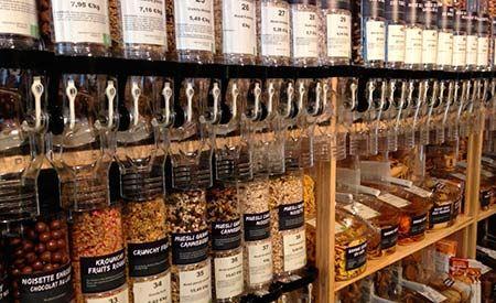 A loja vende cerca de 250 produtos entre pães, frutas, legumes, massas, arroz, iogurte, manteiga e queijo, tudo orgânico e produzido localmente. Tudo lá é vendido a granel. Nada de caixas, plásticos ou qualquer outro envólucro.