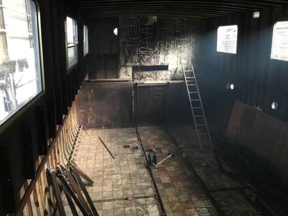 een leeg schip nu met veel hoogte, vroeger de woonkamer en keuken en daar nog een hele etage onder