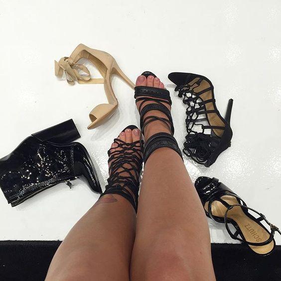 enlouquecendo com a nova coleção da Schutz aqui na @schutzeldorado! só achei esses sapatos aquiii! qual das duas no meu pé? esquerda ou direita?  #schutzeldorado (ps.: pras minhas unhas feitas pela @dulceheinrich ❤️)