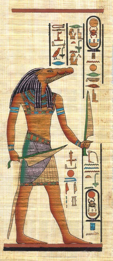Sobek : le dieu crocodile Amadoué, il apporte la fertilité et protège le pharaon. Sobek est représenté soit sous le forme d'un crocodile, soit comme ici sous la forme d'un homme à tête de crocodile coiffé d'une couronne à plumes flanquée de deux uræi.