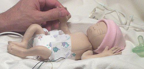 """O projektancie Doll : Sandy Eding jest matką bardzo wcześniaka (25 tygodni), który opracował ten wzór z pasją, aby pokazać, jak małe i piękne Wcześniaki są naprawdę. Sfrustrowani otłuszczenia regularnych lalek i niedokładności większości lalek wcześniaka """","""" ona na celu stworzenia lalki, które byłyby do prawdziwego życia, przedstawiających Wcześniaki jak najbardziej realistycznie. 12"""""""