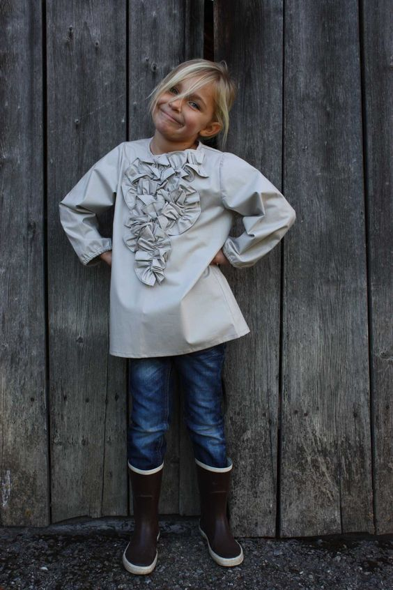 """An Exquisite Pale-Grey Ruffled Smock Over Skinny Jeans By """"Club Cinq"""""""