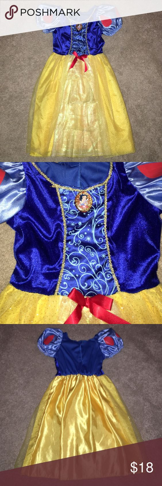 GIRLS 🍎 Snow White Dress 🍎Beautiful Snow White GIRLS dress up gown!! Let your little one feel like a princess in this beautiful dress! 🍎 Fits sizes 4-6X. ***Slight stretching of material in the back near Velcro*** Disney Costumes