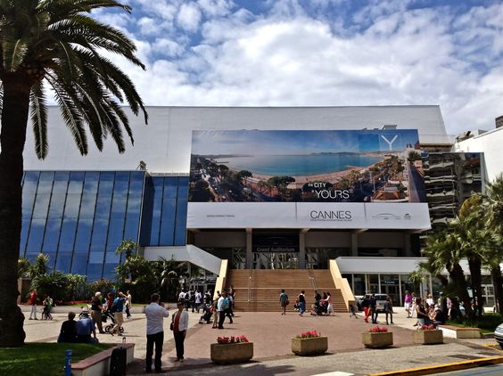 ENTERTAINMENT. Palais De Festival Performing Arts. Today, the Palais des Festivals has an overall space capacity of 25,000 square meters for exhibitions, which is used for exhibitions, as well as numerous rooms and no less than 18 auditoriums.