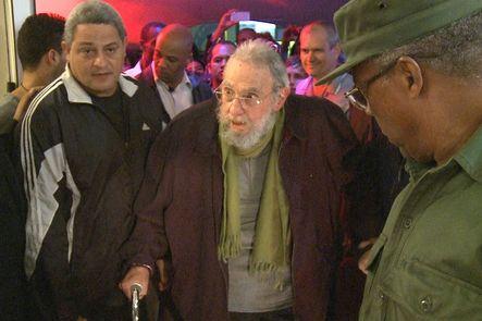 Fidel Castro reaparece tras 9 meses apartado de la vida pública. Lo hace coincidiendo con el 55 aniversario de su entrada en la capital en 1959. El dirigente, retirado del poder desde 2006, acudió a la inauguración de un estudio de arte en La Habana.