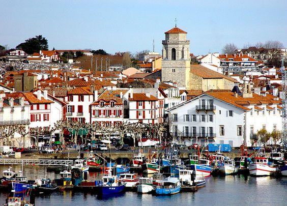 le port de pêche de saint jean de luz, situé dans le coeur de la cité des corsaires, donne à la ville, un atout touristique et commercial important. La pêche à saint jean de luz, a de tout temps accompagnait, la cité dans son essor.
