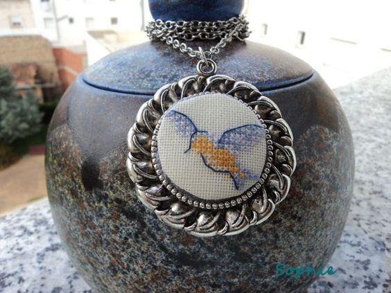 Colgante bordado pájaro azúl- vendido