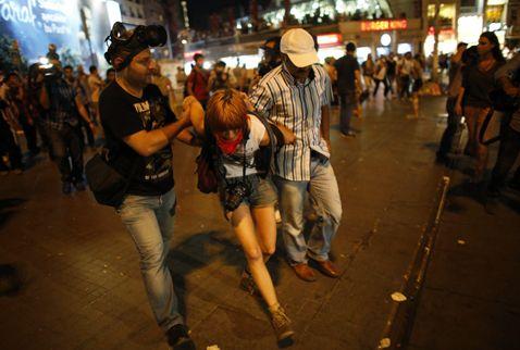29/06/2013 23:00| Taksim'de İsveçli turiste gözaltı! Taksim'de bu gece yaşanan eylemler sırasında tatil için İstanbul'a gelen İsveçli Sarah Olsson da gözaltına alındı.