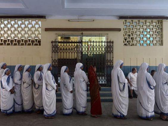 Freiras indianas fazem fila para votar durante último dia de eleições gerais no páis (Foto: AFP PHOTO/ Dibyangshu Sarkar)