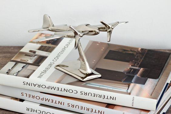 Ich liebe Flugzeugmodelle. So wie hier auf Bildbände platziert, sind sie kosmopolitische Eyecatcher