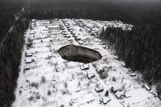 Aparece un socavón de decenas de metros en Rusia
