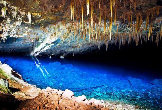 Gruta da Lagoa Azul :  A Gruta da Lagoa Azul é parte de uma das maiores áreas inundadas do mundo. Suas águas azuis estendem-se por mais de 200 metros de profundidade. Acredita-se que a fonte misteriosa do lago possa ser um rio subterrâneo, mas que ainda tem que ser localizado. A gruta é rica em tesouros pré-históricos.