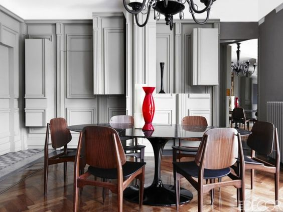 We don't expect anything less than pure magic when we take a closer look at designer Alessandro Dell'Acqua's Milano home – and of course we are enchanted right from the start! Caption: 'SAARINEN DINING TABLE – 78″ OVAL' DESIGNED BY EERO SAARINEN (1957), KNOLL, mid century dining chairs, dining space.