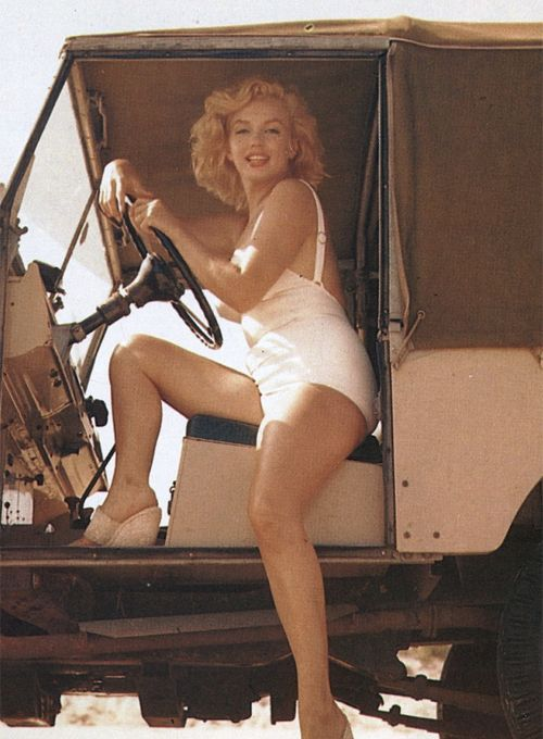 Marilyn Monroe photographed by Sam Shaw, even better as she's sitting in a Land Rover series 1 !