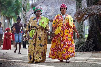 Suriname, keti koti feestdag, alle vrouwen zijn in kledendracht, zo mooi.