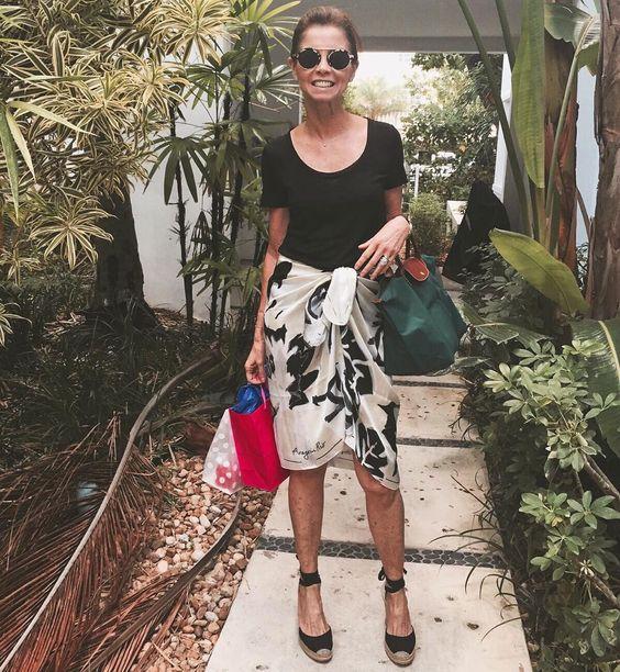 """""""DIA DAS NOSSAS LINDAS CLIENTES, e essa foto linda da nossa querida @dulcerudge de férias em Miami com a nossa canga estampa Miho pb #tropicallife…"""""""