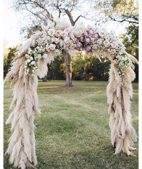 Une arche florale réalisée en herbe de la Pampa tendance mariage fleurs @strawberrymilkevents