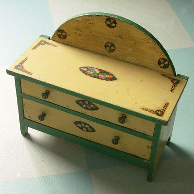 I want, I want, I want.  Vintage doll dresser.  So cute.