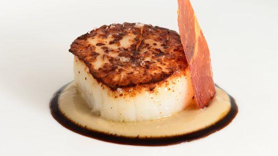 Cinc Sentits: vieira a la plancha con topinambur, salsa de cebolla escalibada y chip ibérico
