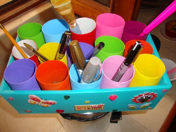 Caja de Zapatos, rollos de papel del bano, un poco de pintura acrilica....y listo un bonito y colorido porta-lapices, pinceles, etc.