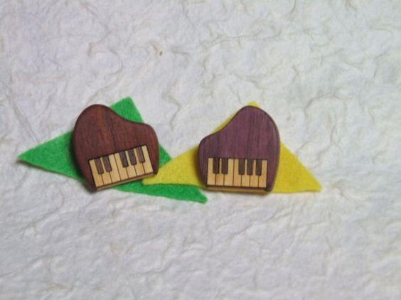 お洒落なピアノのブローチです。着色・ニス塗装はしていません。自然な木目と色を生かして製作しています。使い込んでいくうちに濃い色艶が出て、滑らかな手触りになって... ハンドメイド、手作り、手仕事品の通販・販売・購入ならCreema。