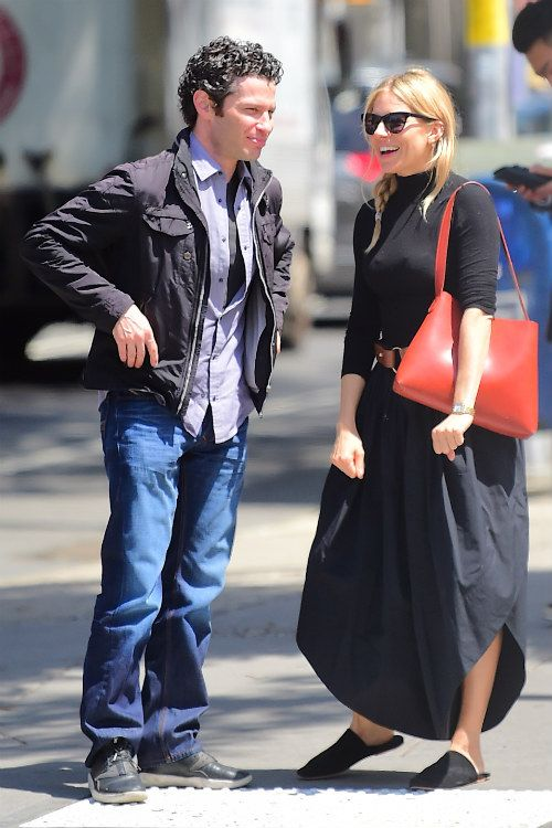 シエナ ミラー ボリュームたっぷりのパンツが可愛い 大人ナチュラルなブラックスタイル 海外セレブファッションブログ 最新スナップ おしゃれ情報が盛り沢山 dailycelebritydiary ファッション 海外セレブ ファッション セレブ