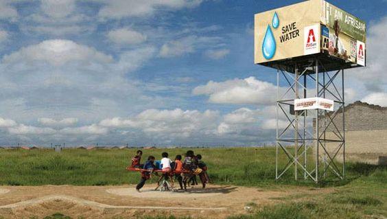 Parco giochi per la produzione di acqua pulita, i bambini africani contro la sete