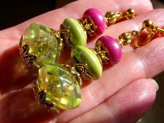 Designschmuck mit Chic und Witz, hier für die Mode Elfe in den frischen grün und pink Tönen des colour blocking.  Gutgelaunter Elfen Schmuck - selbstg