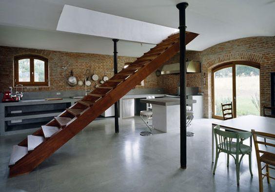 Escalera Interior en Casa | muro de ladrillo piso de concreto pulido / Rústico moderno