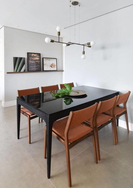 A mesa preta é um móvel clássico, elegante e versátil para a sala de jantar. Sua cor escura, neutra e marcante faz bonito na decoração. Veja várias opções de ambientes com essa charmosa peça e inspire-se para usá-la na sua casa também: 1. A mesa preta é um móvel fácil de combinar 2. Seja em […] O post 40 modelos de mesa preta para uma sala de jantar estilosa apareceu primeiro em Tua Casa.