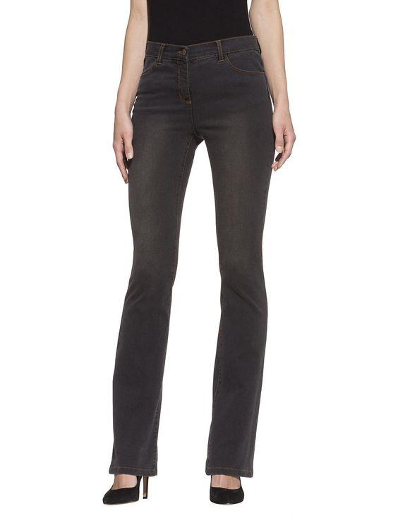 Jeans im Flared-Stil mit vier Taschen. Der Oberschenkel ist eng anliegend und unten etwas weiter. Sehr figurbetonte Form mit normaler Leibhöhe, Schrittlänge in Gr. 38 ca. 81,5 cm, Saumweite ca. 44 cm. Obermaterial: 62% Baumwolle, 36% Polyester, 2% Elasthan, waschbar...