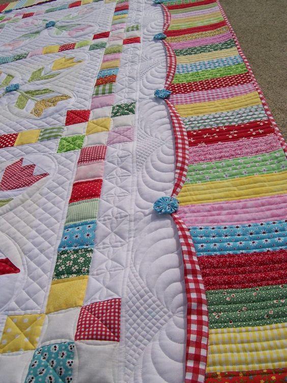 Patchwork finalizado com borda de tiras coloridas. Muito alegre a combinação dos tecidos.
