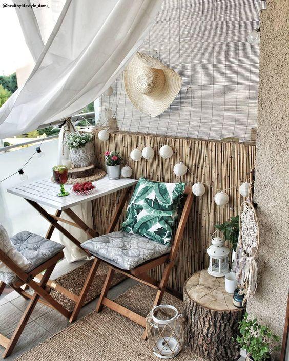 Balcone Tropiacal 🌴 Non vedi l'ora che arrivino le vacanze estive?! Crea il tuo piccolo paradiso tropiacale sulla terrazza di casa! Legno, vimini, rattan, lucine e tende aiutano a creare quell'atmosfera che ricorda un po' le spiagge di Bali. 📸 @healthylifestyle_domi_ // Idee Esterni Arredare Piante Fai Da Te Tronco Tavolino Privacy Primavera Boho Moderno #terrazza #balcone #giardino #outdoor