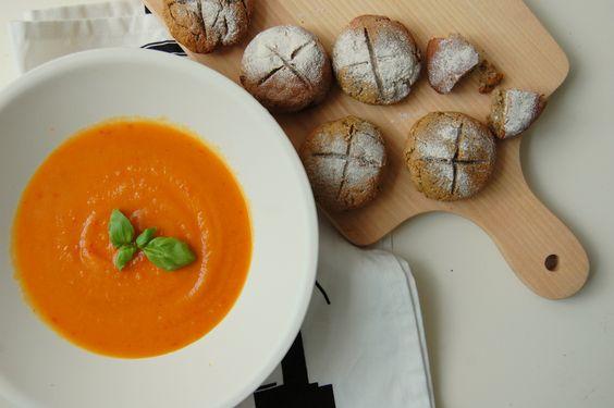 Deze heerlijke zoete aardappel soep met wortel en paprika staat binnen een mum van tijd op tafel. Bovendien is deze soep super gezond en voedzaam.