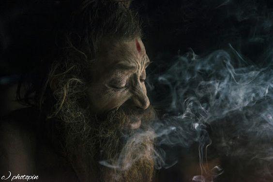 Zum Super-Yogi in 4 Schritten    Namaste! Es ist ganz schön schwer ein Yogi zu sein - nein ist es nicht! Ein Yogi isst kein Fleisch und ist zu allen Lebewesen (Menschen eingeschlossen) nett ein Yogi urteilt nicht ein Yogi hat keine Erwartungen ein Yogi kann durch Meditation sein Gedankenkarussel stoppen ein Yogi lässt sich von seinen Mitmenschen nicht beeinflussen ein Yogi hat keine Zukunftsängste und lebt ganz im Jetzt usw usw.  Das alles erscheint euch unerreichbar und deshalb…