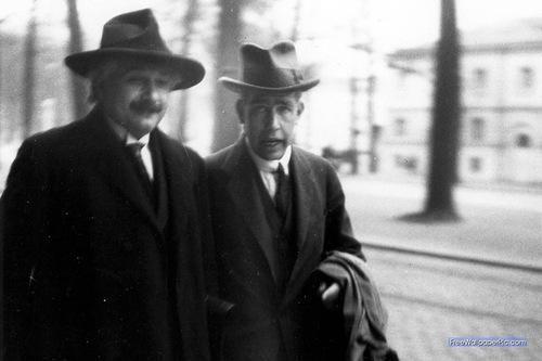 Albert #Einstein en 1930, con Niels #Bohr, en la convención Solvay, foto de Paul #Ehrenfest http://t.co/bYThnSp86k vía @MagniPontis