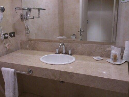 Mesada de ba o de arriba una opcion ba os pinterest for Fotos de cuartos de bano de marmol