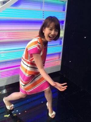 カラフルなワンピースの弘中綾香アナ
