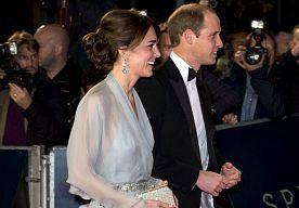 27-Oct-2015 10:16 - KATE MIDDLETON LAAT BEHA ACHTERWEGE OP PREMIÈRE SPECTRE. Op de première van de nieuwe Bondfilm Spectre, maandag in Londen, ging de aandacht niet uit naar de 'Bondgirls', maar naar hertogin Kate Middleton (33). De echtgenote van prins William (33) verscheen zonder beha onder haar lange jurk, van de Britse ontwerpster Jenny Packham, op de rode loper.