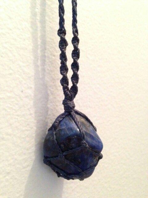 Cordão de pedra natural castroada com detalhe em macrame original Arte Betita