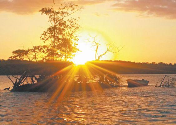 """Delta do Parnaiba. Dizem os especialistas: O Sol UVB """"meio-dia"""" é que absorve o hormônio D3, junto com a vitam. K. O sol se auto-regula, e para cada pessoa um tempo mínimo de exposição. Alguns filtros solares, com seus inúmeros componentes químicos, está associado a muitos cânceres. O complemento Vitam. D p Idosos é fundamental pq precisam de 4x. O Sol evita inúmeros tipos de doenças, e no passado sempre foi reverenciado. VIVA o ASTRO-REI!"""