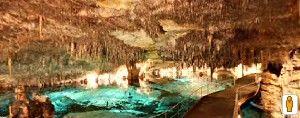 """Coves del Drach. Uno dei luoghi più belli al mondo. Se non avete letto """"Viaggio al centro della terra"""" di Jules Verne, questo è il momento di farlo. (Clicca sulla foto per aprire il tour virtuale)"""