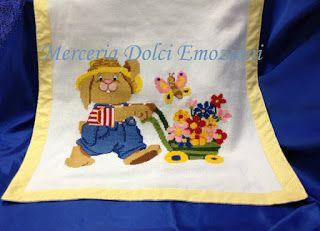 Copertina culla realizzata in tricot in cotone ricamata a punto croce...by Merceria Dolci Emozioni