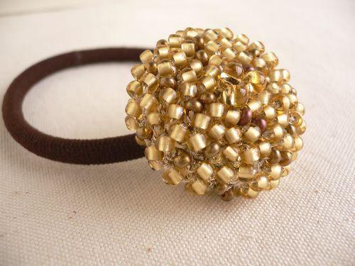 レース糸とラメ糸(金色)に艶消し金と銅色のビーズを編み込んで、クルミボタンで包んで仕上げました。サイズ(約):クルミボタンの大きさ3センチ    リングゴム(...|ハンドメイド、手作り、手仕事品の通販・販売・購入ならCreema。