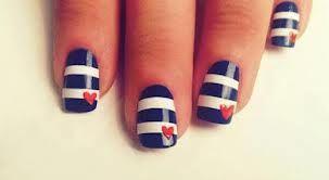 Français- Vernis a ongle bleu marin, blanc et avec des cœurs. Anglais- Nail polish navy blue, white with hearts.