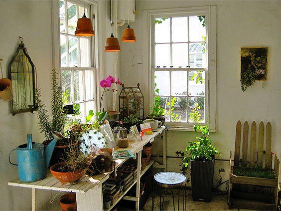 Un plan de travail pratique pour les plantes/pots.