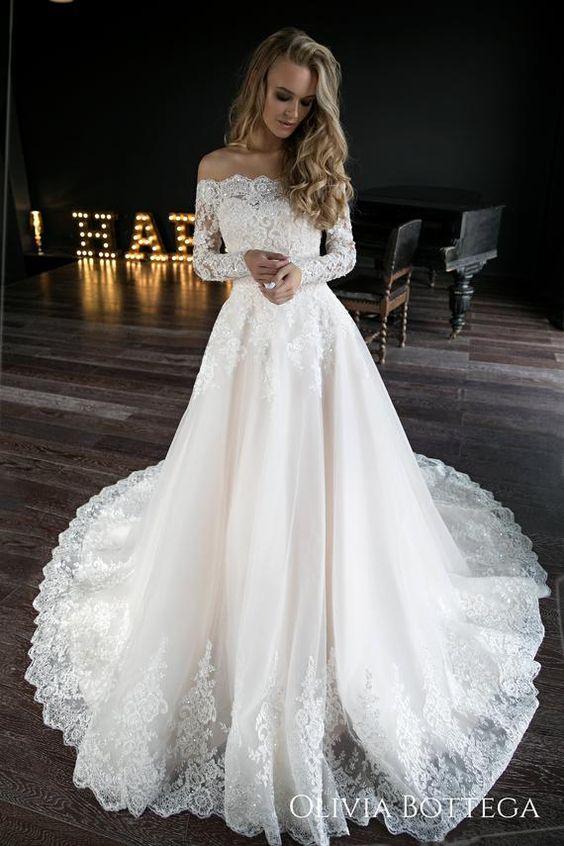 Vestido de novia una silueta (color - dusty rose). Corsé con hombros bajados enfatizan la ternura y la sofisticación de la novia. El vestido está decorado con encaje floral bordado pasando por el corsé a la falda. Un tren de encaje pequeño complementarán su imagen. Video
