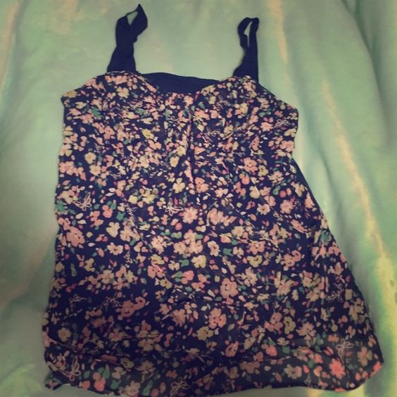 Floral top Really adorable floral top with a bow like low in the top. Worn twice. Great condition! Lauren conrad Tops Blouses